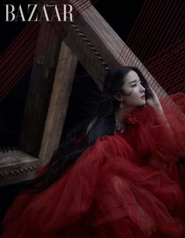 Lưu Diệc Phi xuất hiện lộng lẫy trên bìa tạp chí danh giá nhưng netizen lại phản ứng: Đẹp thì có đẹp nhưng nhìn mệt quá  - Ảnh 6.