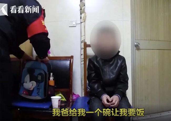 Cậu bé 10 tuổi bị phạt quỳ và ăn xin ở ga tàu hỏa, cách xử phạt quá nghiêm khắc của người cha khiến nhiều người không đồng tình - Ảnh 2.