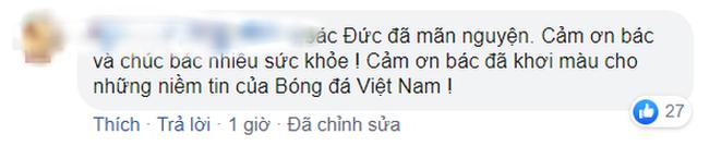 Hình ảnh bầu Đức lặng theo dõi trận chung kết U22 Việt Nam qua tivi cùng dòng trạng thái đặc biệt trên Facebook khiến ngàn người cảm động - Ảnh 2.