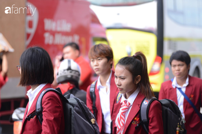 Giữ nguyên lời hứa, đội tuyển bóng đá nam đã đi chung chuyến bay với U22 nữ, các cô gái xinh đẹp rạng ngời mang HCV về nước - Ảnh 9.