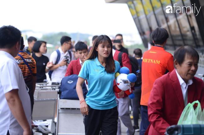 Giữ nguyên lời hứa, đội tuyển bóng đá nam đã đi chung chuyến bay với U22 nữ, các cô gái xinh đẹp rạng ngời mang HCV về nước - Ảnh 14.