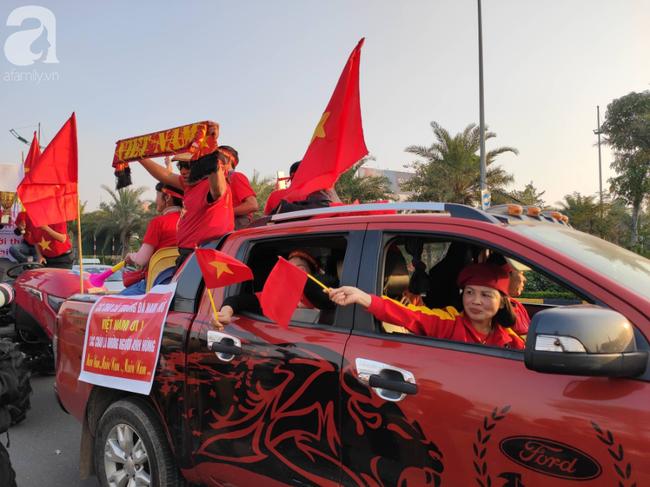 Mẹ Quang Hải cùng dàn xe máy cày giễu hành ra sân bay Nội Bài đón đội tuyển U22 Việt Nam trở về - Ảnh 2.