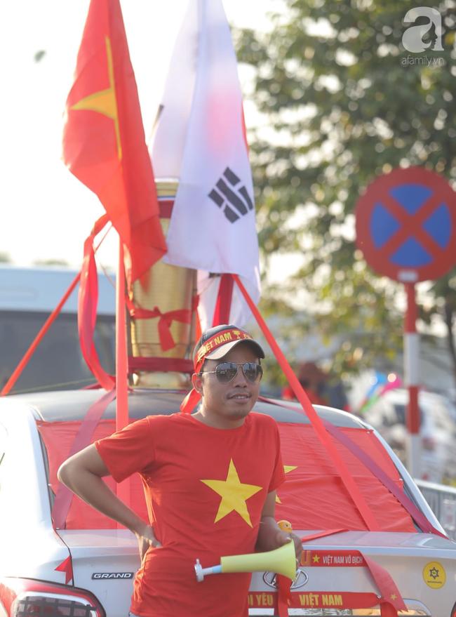 Mẹ Quang Hải cùng dàn xe máy cày giễu hành ra sân bay Nội Bài đón đội tuyển U22 Việt Nam trở về - Ảnh 9.