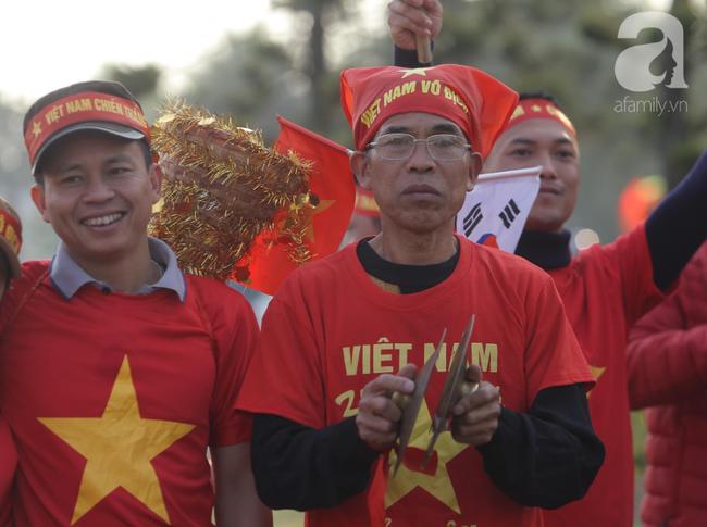 Mẹ Quang Hải cùng dàn xe máy cày giễu hành ra sân bay Nội Bài đón đội tuyển U22 Việt Nam trở về - Ảnh 10.