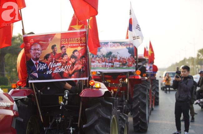 Mẹ Quang Hải cùng dàn xe máy cày giễu hành ra sân bay Nội Bài đón đội tuyển U22 Việt Nam trở về - Ảnh 4.