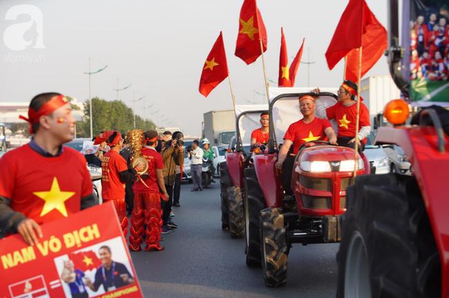 Mẹ Quang Hải cùng dàn xe máy cày giễu hành ra sân bay Nội Bài đón đội tuyển U22 Việt Nam trở về - Ảnh 6.