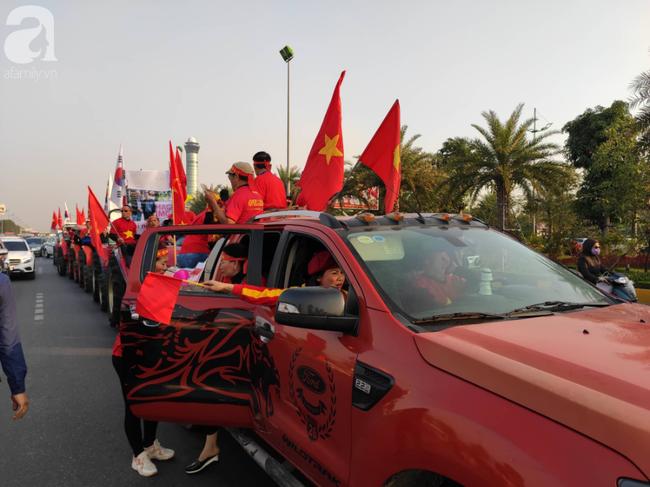 Mẹ Quang Hải cùng dàn xe máy cày giễu hành ra sân bay Nội Bài đón đội tuyển U22 Việt Nam trở về - Ảnh 5.