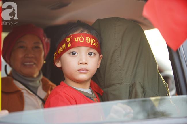 Mẹ Quang Hải cùng dàn xe máy cày giễu hành ra sân bay Nội Bài đón đội tuyển U22 Việt Nam trở về - Ảnh 11.
