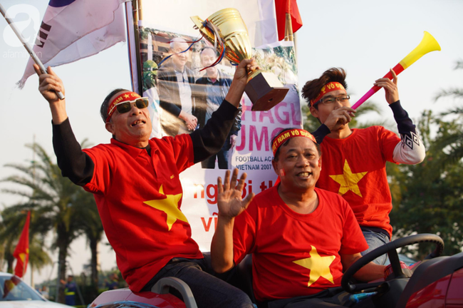 Mẹ Quang Hải cùng dàn xe máy cày giễu hành ra sân bay Nội Bài đón đội tuyển U22 Việt Nam trở về - Ảnh 12.