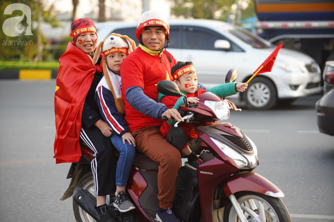 Mẹ Quang Hải cùng dàn xe máy cày giễu hành ra sân bay Nội Bài đón đội tuyển U22 Việt Nam trở về - Ảnh 13.