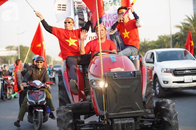 Mẹ Quang Hải cùng dàn xe máy cày giễu hành ra sân bay Nội Bài đón đội tuyển U22 Việt Nam trở về - Ảnh 14.