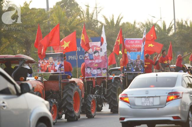 Mẹ Quang Hải cùng dàn xe máy cày giễu hành ra sân bay Nội Bài đón đội tuyển U22 Việt Nam trở về - Ảnh 15.