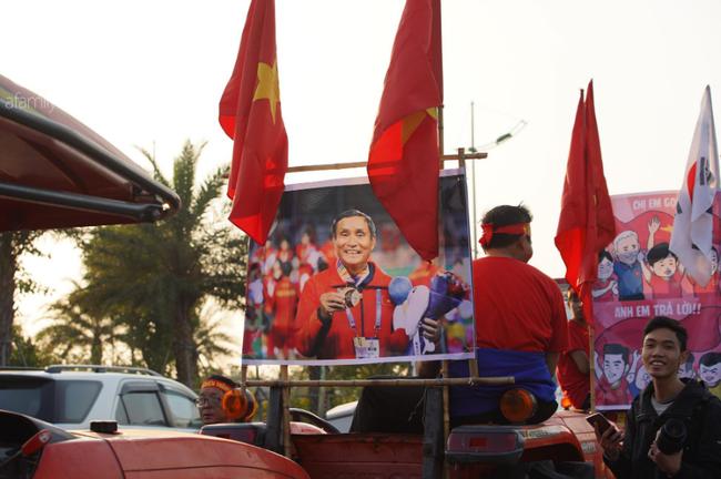 Mẹ Quang Hải cùng dàn xe máy cày giễu hành ra sân bay Nội Bài đón đội tuyển U22 Việt Nam trở về - Ảnh 16.