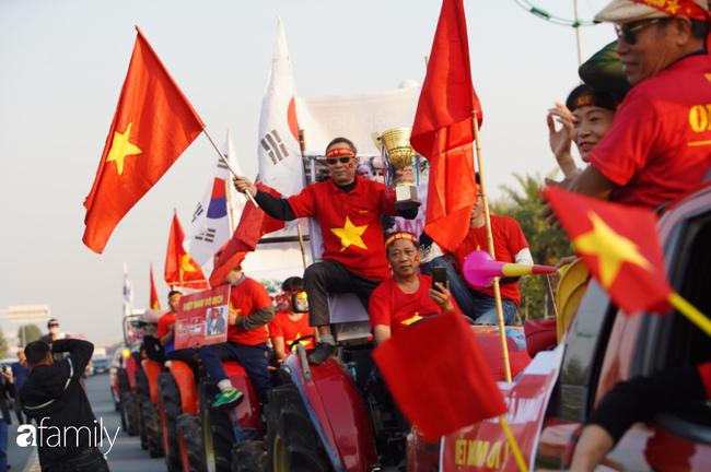 Trước giờ đội tuyển quốc gia về nước: Mẹ Quang Hải, Thành Chung đã đến sân bay, hàng vạn cổ động viên nhuộm đỏ đường đến Nội Bài - Ảnh 1.
