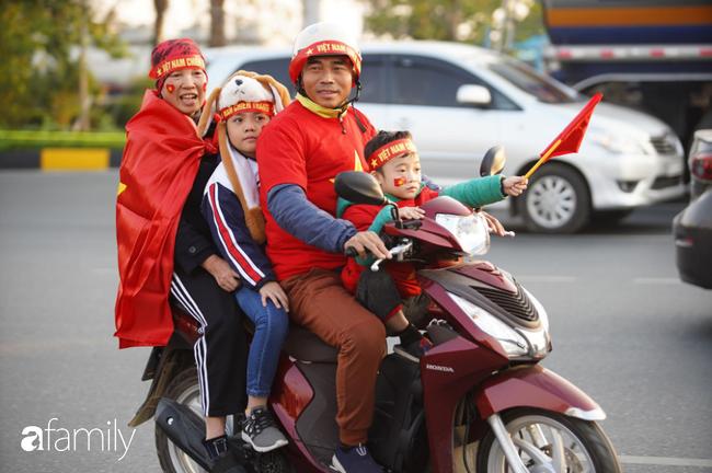 Trước giờ đội tuyển quốc gia về nước: Mẹ Quang Hải, Thành Chung đã đến sân bay, hàng vạn cổ động viên nhuộm đỏ đường đến Nội Bài - Ảnh 3.