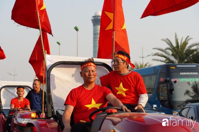 Trước giờ đội tuyển quốc gia về nước: Mẹ Quang Hải, Thành Chung đã đến sân bay, hàng vạn cổ động viên nhuộm đỏ đường đến Nội Bài - Ảnh 5.