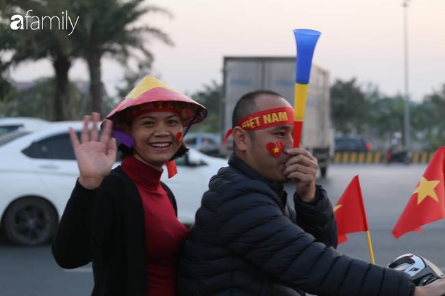 Trước giờ đội tuyển quốc gia về nước: Mẹ Quang Hải, Thành Chung đã đến sân bay, hàng vạn cổ động viên nhuộm đỏ đường đến Nội Bài - Ảnh 7.
