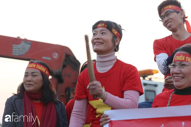 Trước giờ đội tuyển quốc gia về nước: Mẹ Quang Hải, Thành Chung đã đến sân bay, hàng vạn cổ động viên nhuộm đỏ đường đến Nội Bài - Ảnh 12.