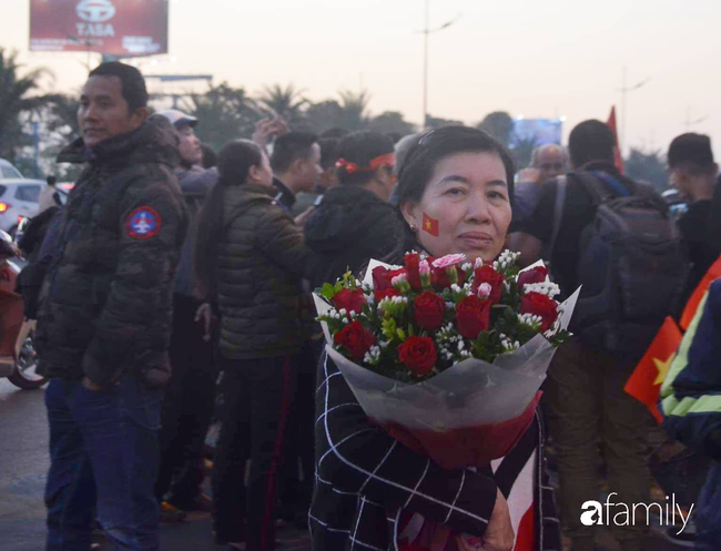 Trước giờ đội tuyển quốc gia về nước: Mẹ Quang Hải, Thành Chung đã đến sân bay, hàng vạn cổ động viên nhuộm đỏ đường đến Nội Bài - Ảnh 14.