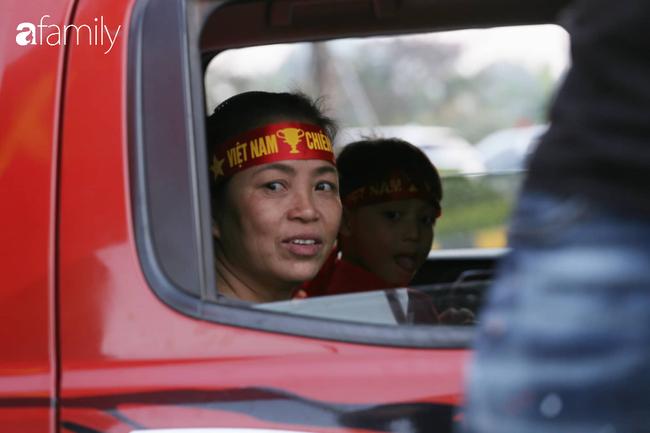 Trước giờ đội tuyển quốc gia về nước: Mẹ Quang Hải, Thành Chung đã đến sân bay, hàng vạn cổ động viên nhuộm đỏ đường đến Nội Bài - Ảnh 15.