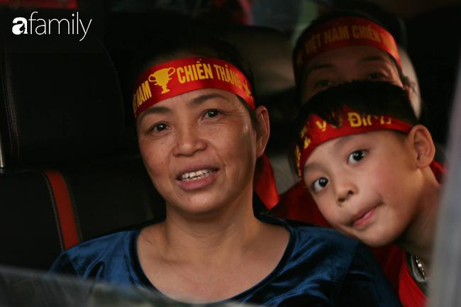 Trước giờ đội tuyển quốc gia về nước: Mẹ Quang Hải, Thành Chung đã đến sân bay, hàng vạn cổ động viên nhuộm đỏ đường đến Nội Bài - Ảnh 16.