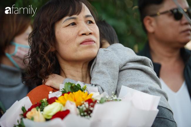 Trước giờ đội tuyển quốc gia về nước: Mẹ Quang Hải, Thành Chung đã đến sân bay, hàng vạn cổ động viên nhuộm đỏ đường đến Nội Bài - Ảnh 17.