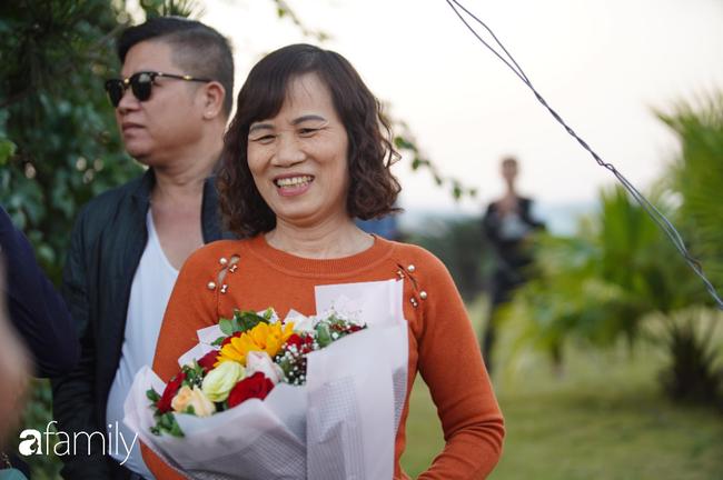 Trước giờ đội tuyển quốc gia về nước: Mẹ Quang Hải, Thành Chung đã đến sân bay, hàng vạn cổ động viên nhuộm đỏ đường đến Nội Bài - Ảnh 18.