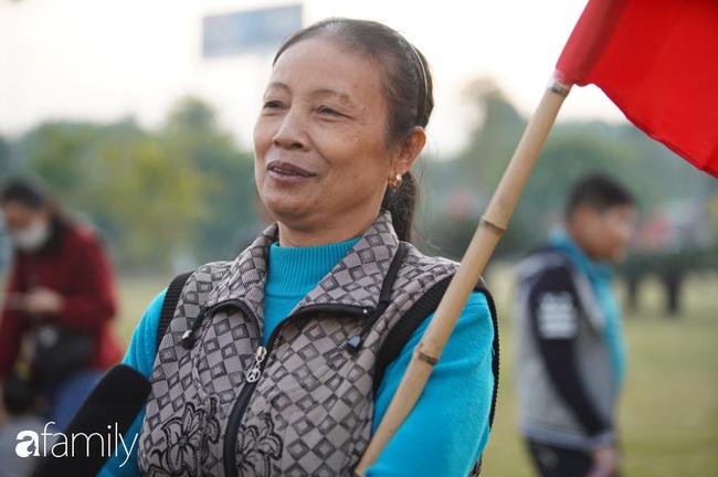 Trước giờ đội tuyển quốc gia về nước: Mẹ Quang Hải, Thành Chung đã đến sân bay, hàng vạn cổ động viên nhuộm đỏ đường đến Nội Bài - Ảnh 19.