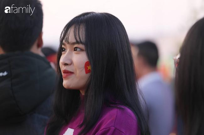 Trước giờ đội tuyển quốc gia về nước: Mẹ Quang Hải, Thành Chung đã đến sân bay, hàng vạn cổ động viên nhuộm đỏ đường đến Nội Bài - Ảnh 20.