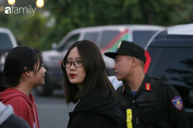 Trước giờ đội tuyển quốc gia về nước: Mẹ Quang Hải, Thành Chung đã đến sân bay, hàng vạn cổ động viên nhuộm đỏ đường đến Nội Bài - Ảnh 21.