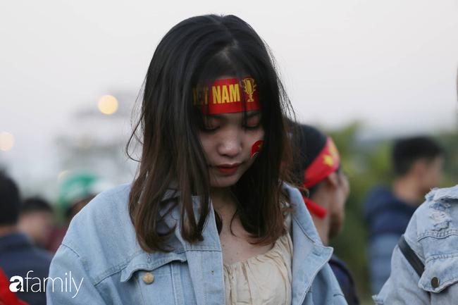 Trước giờ đội tuyển quốc gia về nước: Mẹ Quang Hải, Thành Chung đã đến sân bay, hàng vạn cổ động viên nhuộm đỏ đường đến Nội Bài - Ảnh 22.