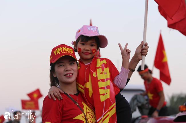 Trước giờ đội tuyển quốc gia về nước: Mẹ Quang Hải, Thành Chung đã đến sân bay, hàng vạn cổ động viên nhuộm đỏ đường đến Nội Bài - Ảnh 23.