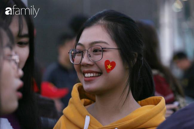 Trước giờ đội tuyển quốc gia về nước: Mẹ Quang Hải, Thành Chung đã đến sân bay, hàng vạn cổ động viên nhuộm đỏ đường đến Nội Bài - Ảnh 24.