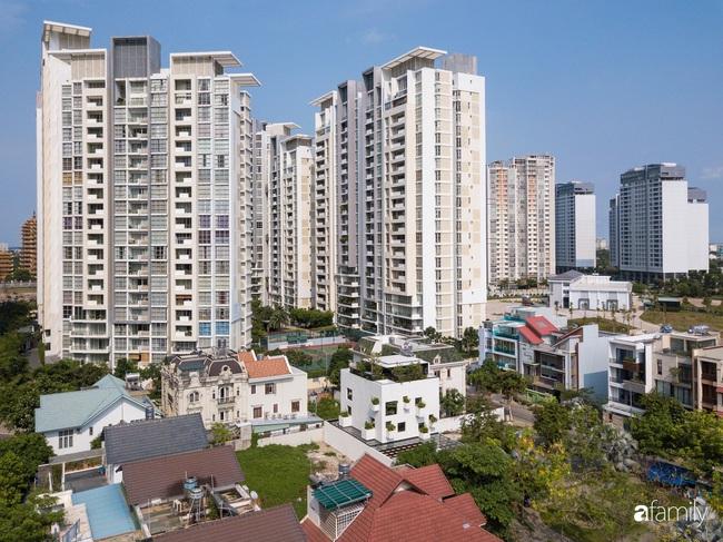Ngôi nhà màu trắng với 10 khu vườn lơ lửng xung quanh ở quận 2 Sài Gòn - Ảnh 2.
