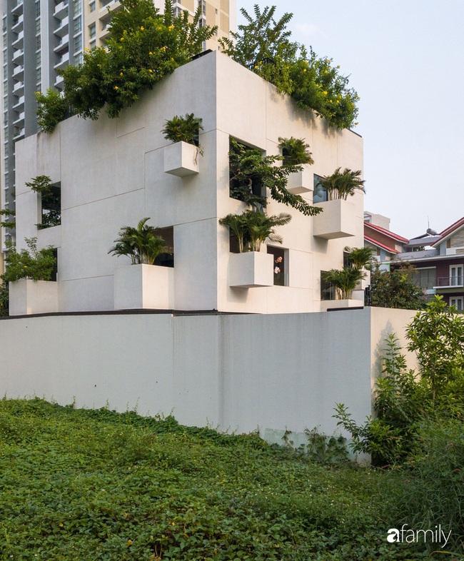Ngôi nhà màu trắng với 10 khu vườn lơ lửng xung quanh ở quận 2 Sài Gòn - Ảnh 1.