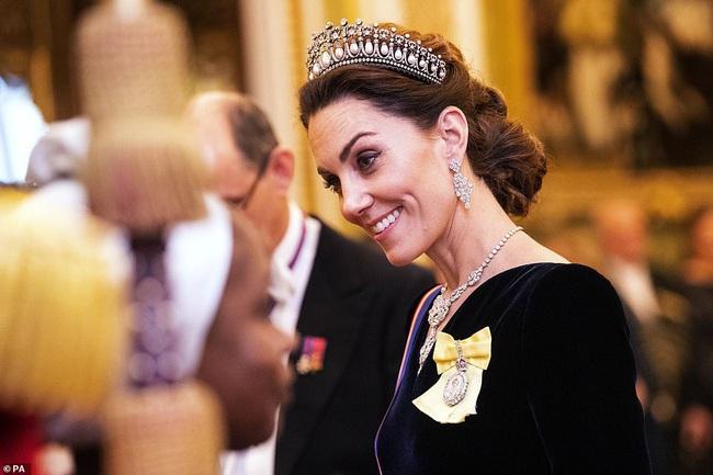 Công nương Kate Middleton kín đáo mà vẫn đẹp ná thở sau khi sửa váy để bớt sexy - Ảnh 4.