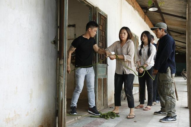 """""""Trà táo đỏ"""" - Phim được tìm kiếm bậc nhất 2019 của Quý Bình - Thanh Trúc có cưỡng hiếp tập thể, phụ nữ bị bán vào ổ mại dâm  - Ảnh 4."""