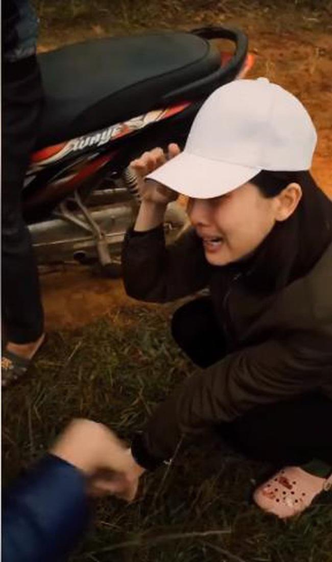"""Hé lộ bom tấn phim Việt mới: """"Mợ Hai"""" Cao Thái Hà ôm mặt bật khóc giữa đường vì quá cực khổ  - Ảnh 5."""