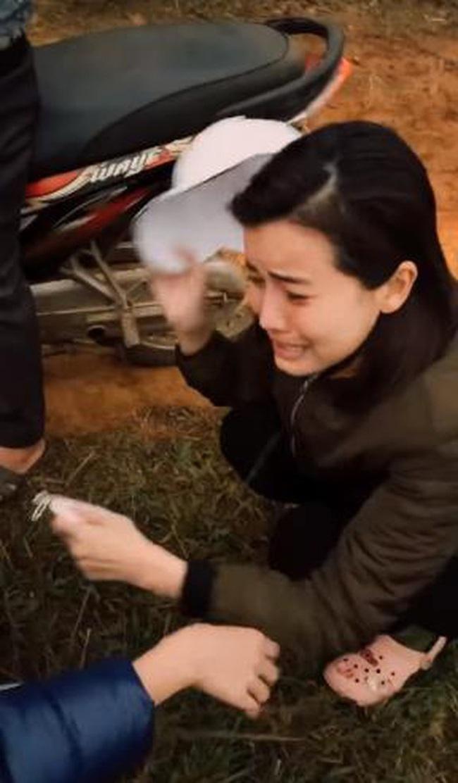"""Hé lộ bom tấn phim Việt mới: """"Mợ Hai"""" Cao Thái Hà ôm mặt bật khóc giữa đường vì quá cực khổ  - Ảnh 6."""