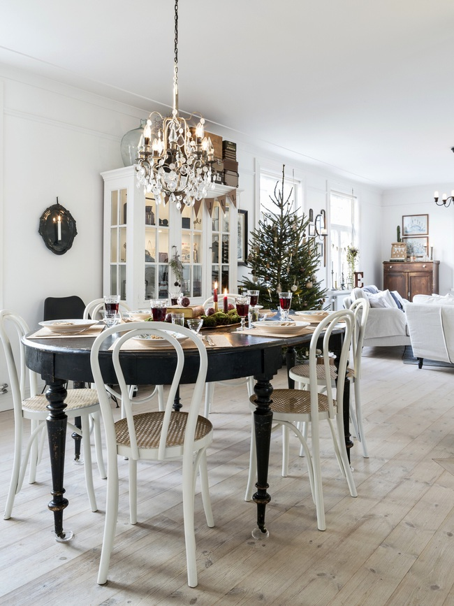 Ngôi nhà đúng chất Noel với trang trí chỉn chu từ trong ra ngoài - Ảnh 1.
