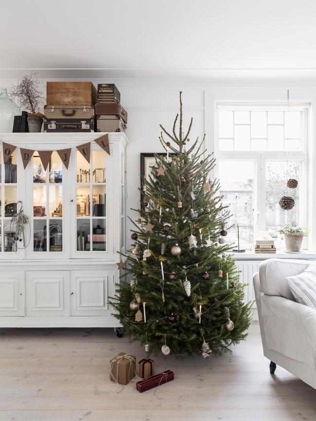Ngôi nhà đúng chất Noel với trang trí chỉn chu từ trong ra ngoài - Ảnh 5.