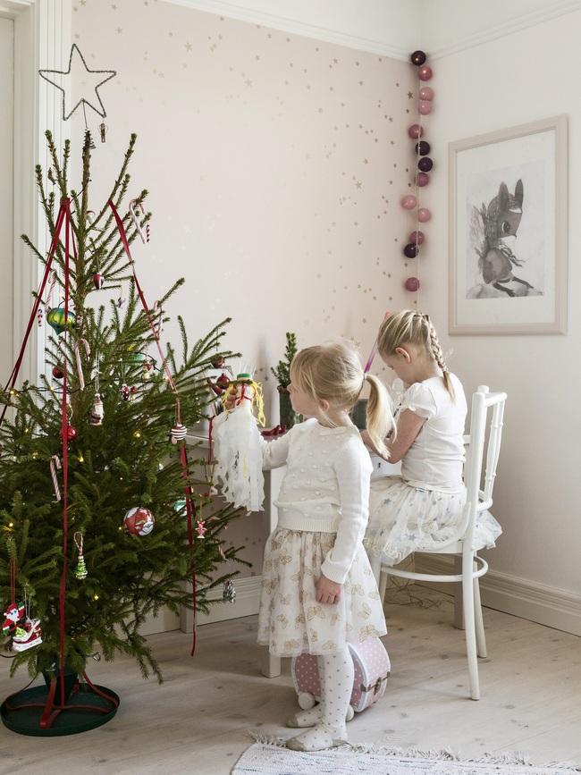 Ngôi nhà đúng chất Noel với trang trí chỉn chu từ trong ra ngoài - Ảnh 8.