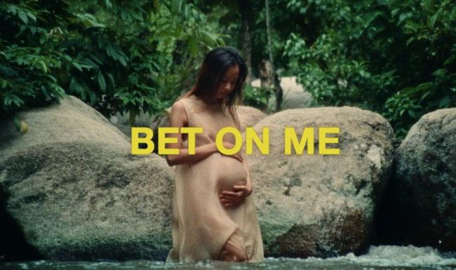 Cư dân mạng xúc động, cảm phục nữ ca sĩ Suboi với hình ảnh làm mẹ tuyệt đẹp trong MV mới: Ngầu như bà bầu là có thật! - Ảnh 1.