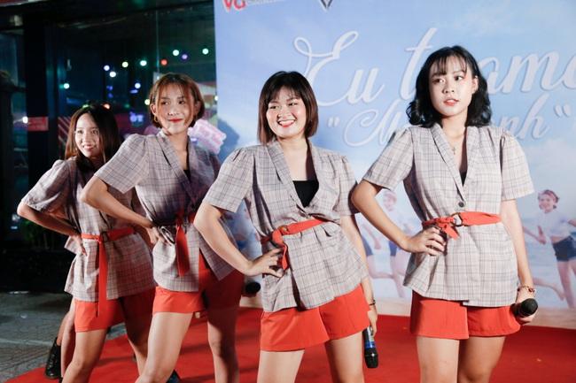 """""""MC quốc dân"""" Quyền Linh làm cha đỡ đầu nhóm nhạc nữ 10 thành viên - Ảnh 10."""