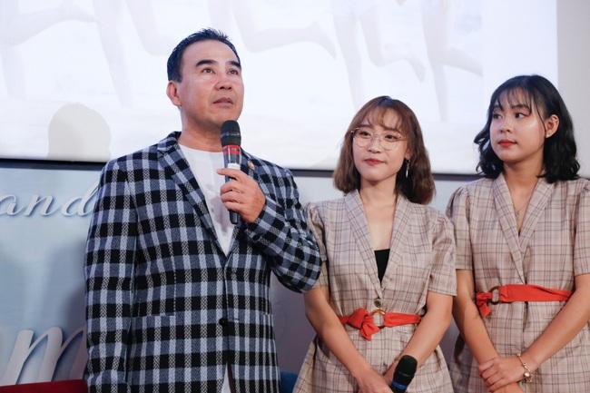 """""""MC quốc dân"""" Quyền Linh làm cha đỡ đầu nhóm nhạc nữ 10 thành viên - Ảnh 2."""