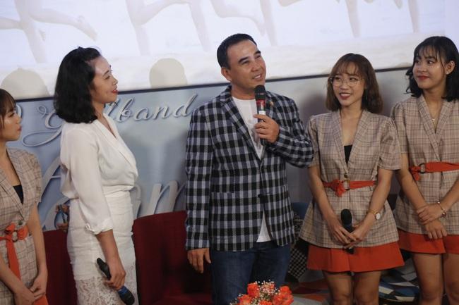 """""""MC quốc dân"""" Quyền Linh làm cha đỡ đầu nhóm nhạc nữ 10 thành viên - Ảnh 3."""