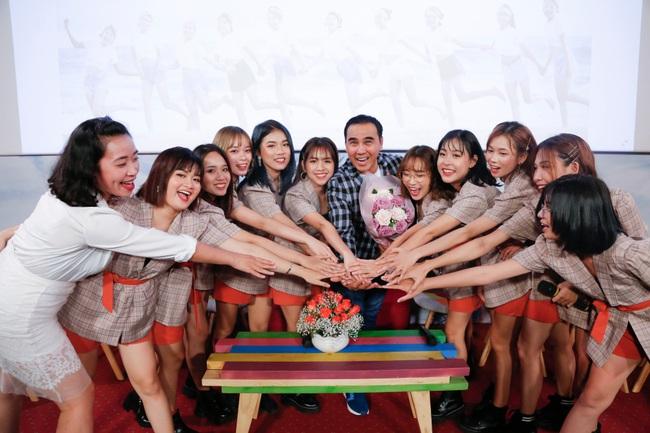 """""""MC quốc dân"""" Quyền Linh làm cha đỡ đầu nhóm nhạc nữ 10 thành viên - Ảnh 11."""