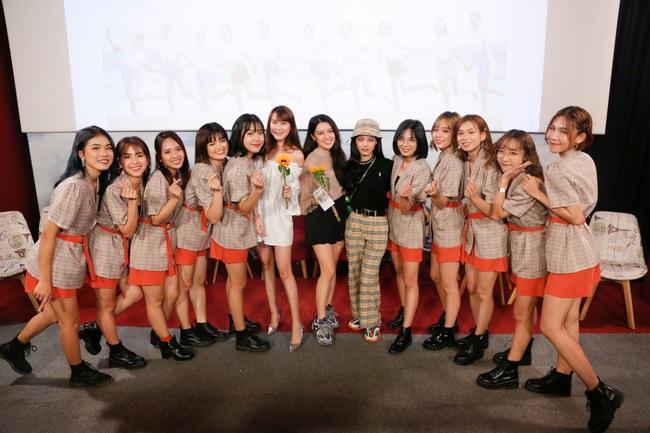 """""""MC quốc dân"""" Quyền Linh làm cha đỡ đầu nhóm nhạc nữ 10 thành viên - Ảnh 6."""