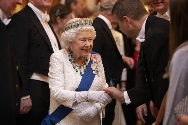 Nữ hoàng Anh đang tuyển người trông nom Instagram và Twitter của mình với mức lương 1,5 tỷ đồng - Ảnh 1.