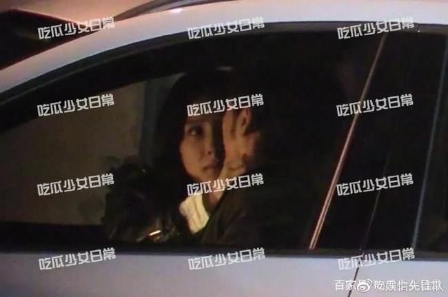 Sau tin đồn hẹn hò với Ngụy Đại Huân, Dương Mịch khóa môi Bạch Vũ say đắm trong xe hơi - Ảnh 3.
